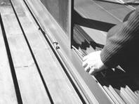 網戸の建付けの悪さはサッシ戸同様、戸車を調整することでほとんど解決できます